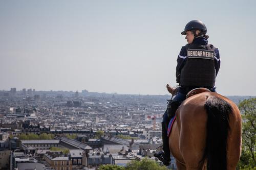 4月13日,在法国巴黎,宪兵在蒙马特高地值勤。新华社发