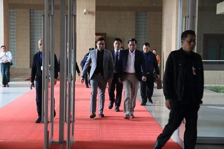 △图中穿灰色西装为24号确诊病例,与他并行的是缅甸副总统亨利·班提育