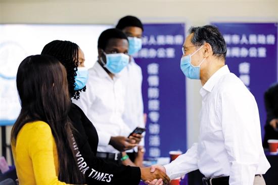 钟南山与在广州工作学习的外国籍人士代表座谈交流图片