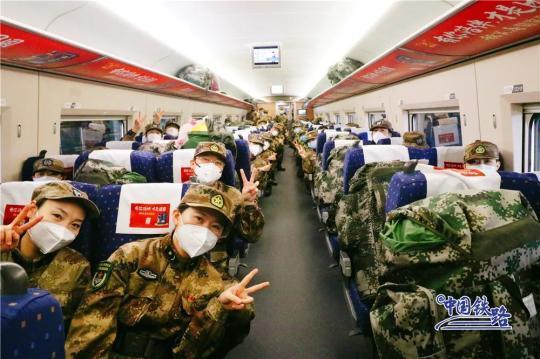 军队支援湖北医疗队撤 铁路护送英雄凯旋图片