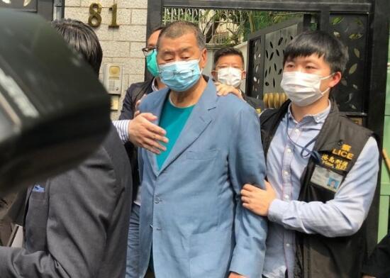 [摩天娱乐]媒黎智英返回摩天娱乐住所香港警员上图片