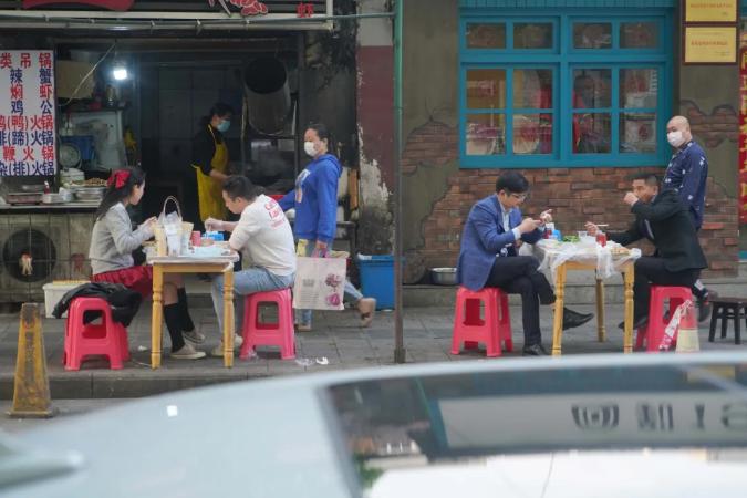 """在武汉""""解禁""""后的一周时候里,已经有五分之一的餐馆复工,本周二,美容美发也获准开门业务。对餐饮、旅店、汽车维修等行业来说,复工就是盼望。"""