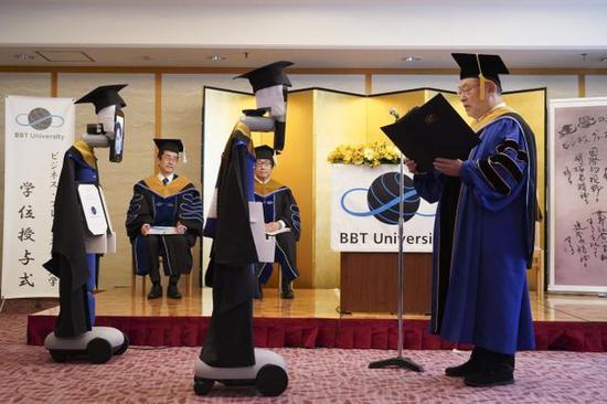 日本一大学举行云毕业典礼:机器人替身领毕业证