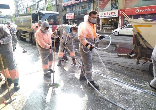 3月30日,在土耳其伊斯坦布尔,工作人员给街道消毒。新华社发
