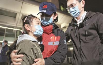 一见面,她紧紧抱住了女儿上海支援湖北医疗队首批返沪队员结束14天医学观察