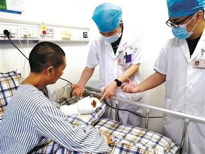4名医生接力手术12小时接上断掌