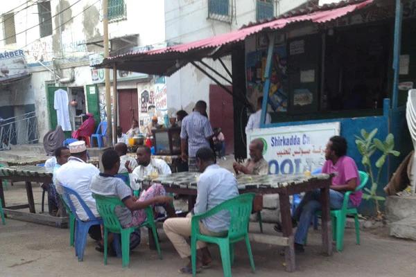 △一群人坐在索马里首都摩加迪沙的一家茶馆外(图片来源:肯尼亚《每日民族报》)