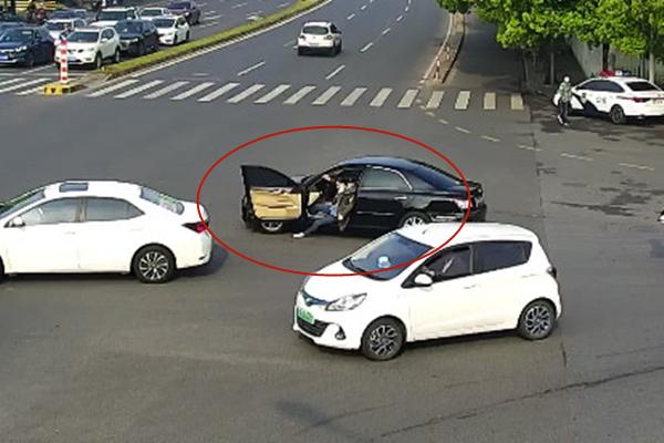 摩天平台:倒档摩天平台被甩出车外辅警跳入车图片
