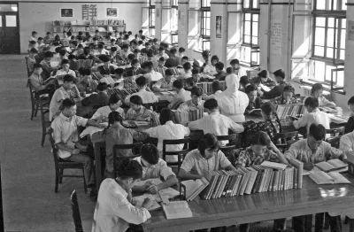 △1959年,门生们在西迁后的交大校园图书馆阅览室内进修。