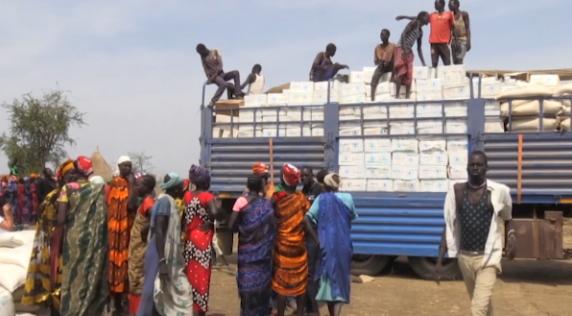 (△南苏丹等待领取救助粮食的难民)