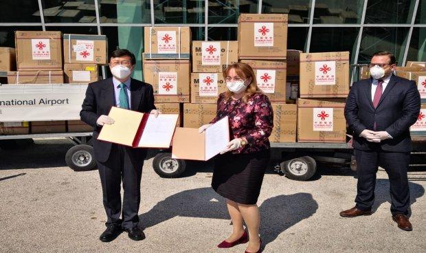 中国援助阿尔巴尼亚抗疫物资运抵地拉那图片