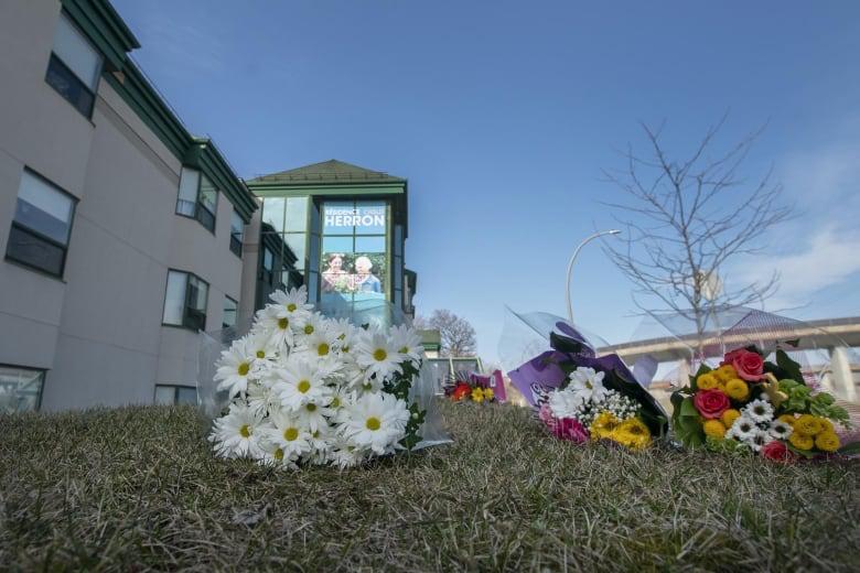 △当地民众在赫伦养老机构外摆放鲜花祭奠在这里死去的老人们