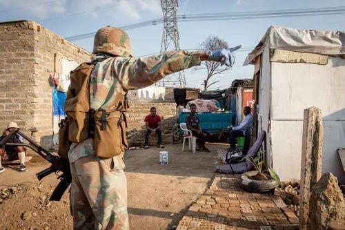 4月20日,在南非约翰内斯堡,一名巡逻的南非国防军军人让市民不要待在户外。新华社发(耶希尔摄)
