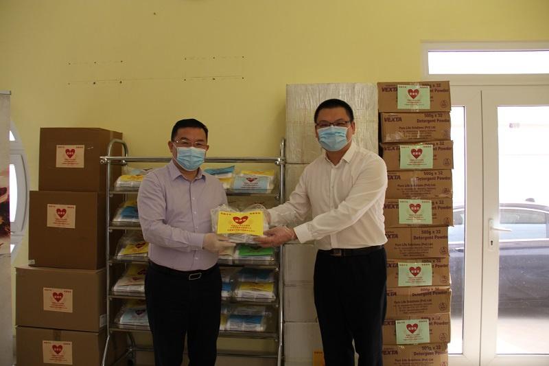 △中国驻卡塔尔大使周剑(左)