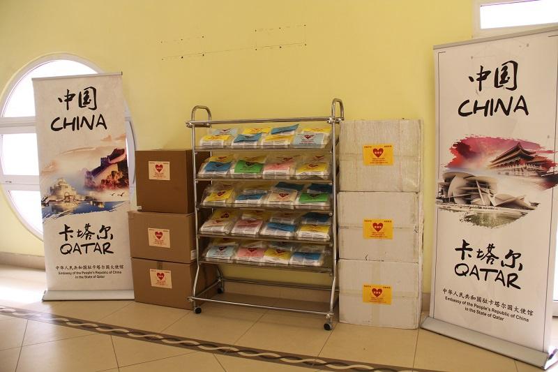 驻卡塔尔使馆为在卡中国侨胞发放健康包图片