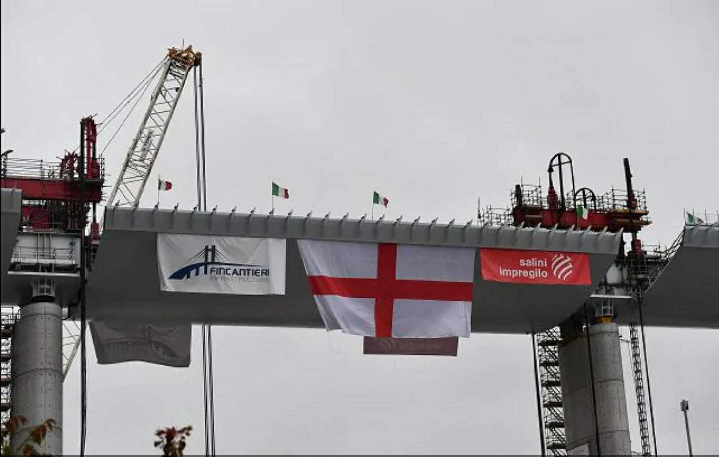 △热那亚大桥重建工程吊装最后一段钢桁梁(图片来源:安莎社)