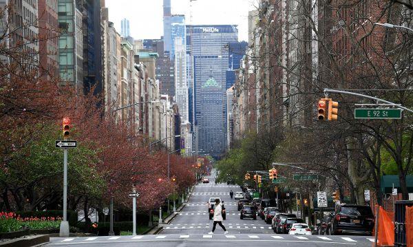 4月10日,一名戴口罩的女子走在美国纽约街头。(新华社)