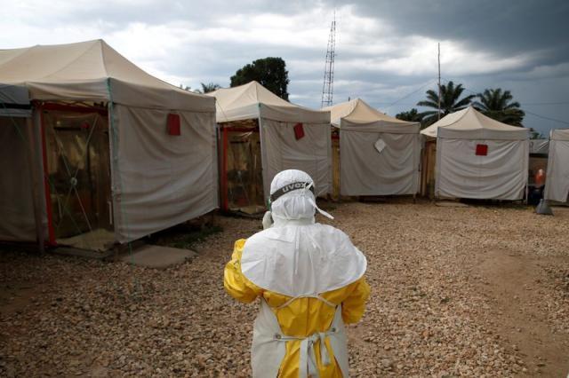 一名医护人员在刚果(金)一家埃博拉治疗中心。(新华社/路透)