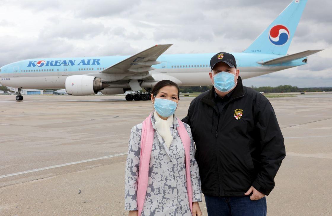 美国马里兰州州长和他的韩裔妻子(推特)