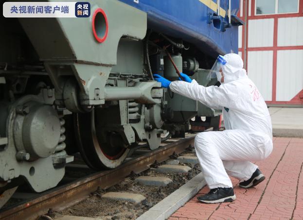 """疫情期间跨国火车司机工作日常:出行13小时 与家人""""隔离""""2个月图片"""