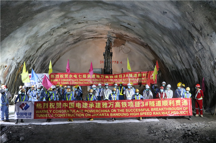 蓝冠:国电建承建的雅蓝冠万高铁3号隧道顺利贯图片
