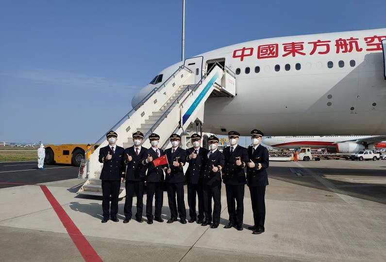东航执行首班赴英临时航班 派出最强机组、最大型飞机飞赴伦敦接留学生回国
