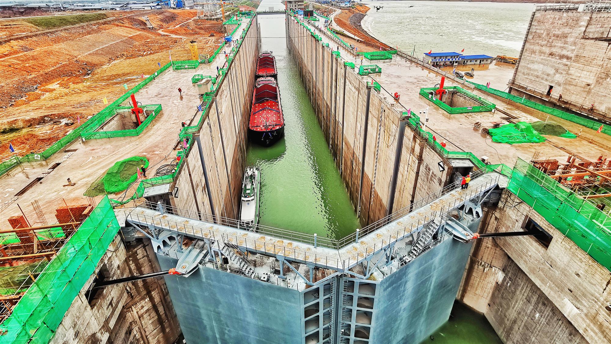中国能建葛洲坝集团承建大藤峡水利枢纽工程船闸试通航