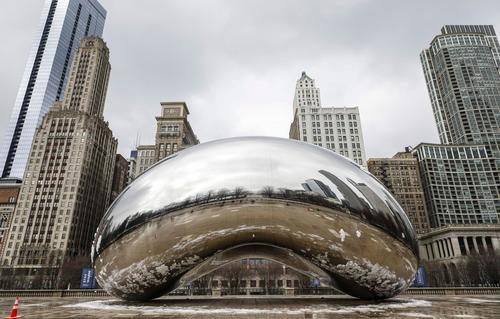"""3月23日,在美国芝加哥,雕塑""""云门""""周围空无一人。新华社发(乔尔·莱纳摄)"""