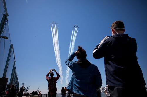 """4月28日,美国空军""""雷鸟""""飞行表演队和海军""""蓝天使""""飞行表演队的数架飞机组队飞过纽约、新泽西等地,向抗击疫情一线的医护人员和关键行业员工致敬。新华社发(郭克摄)"""