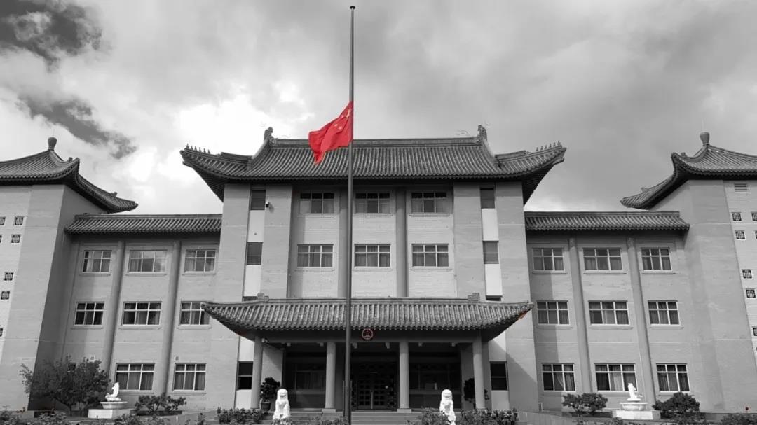 我驻大洋洲各使领馆下半旗 深切悼念新冠肺炎疫情牺牲烈士和逝世同胞