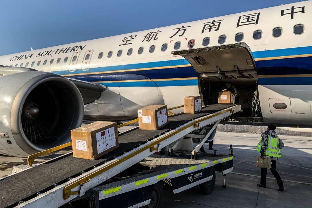 3月16日,事情人员在沈阳桃仙国际机场将捐赠给日本的防疫物资装机。新华社记者潘昱龙摄