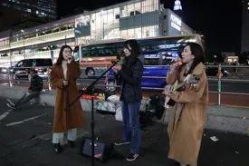 中田彩香(中)等在东京陌头演唱。受访者供图