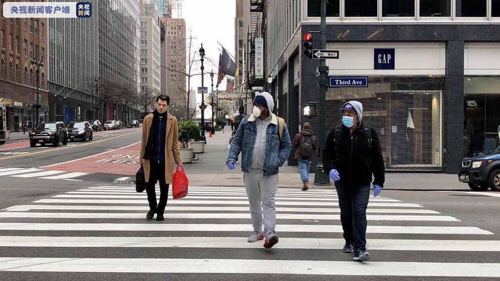 △在纽约街头,戴口罩的人日渐增多,店铺关门。