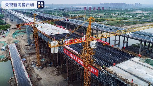国内首座大跨度钢斜撑结构四线桥合龙图片