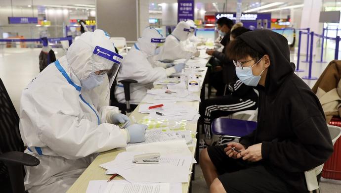旅客在浦东机场等候时发脾气,后来为何又向志愿者道歉图片