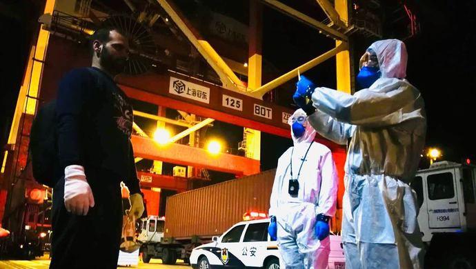 外籍船员病急需要救治,洋山边检签发今年首张紧急类临时入境许可图片