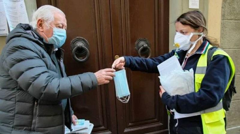 △图为:托斯卡纳大区佛罗伦萨市向居民发放口罩