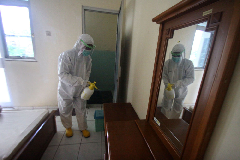4月6日,在印度尼西亚日惹,事情职员对一处断绝点举行消毒。印尼卫生部6日公布的疫情最新数据表现,印尼确诊病例比前一天增添218例,累计确诊2491例。(新华社发)