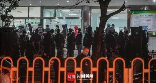 封城当天武汉市七医院门口守候做核酸检测的患者