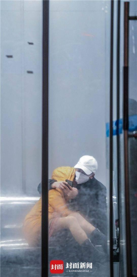 除夕夜同济医院内的一对互相拥抱的情侣