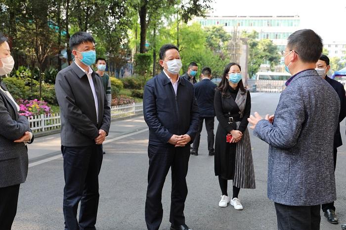 蓝冠官网:副省长到蓝冠官网成都市调研学校开学复图片