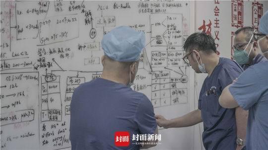 武汉肺科医院ICU主任胡明正在构造团结会诊