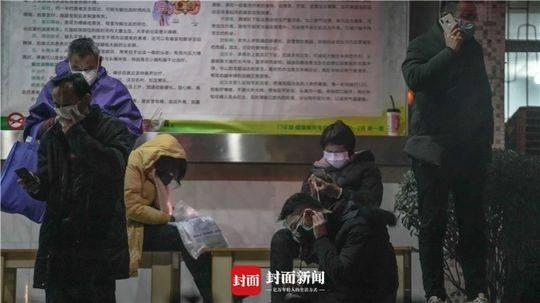 武汉第七医院门口守候核酸检测的患者