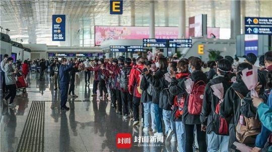 四川医疗队预备在机场预备返程