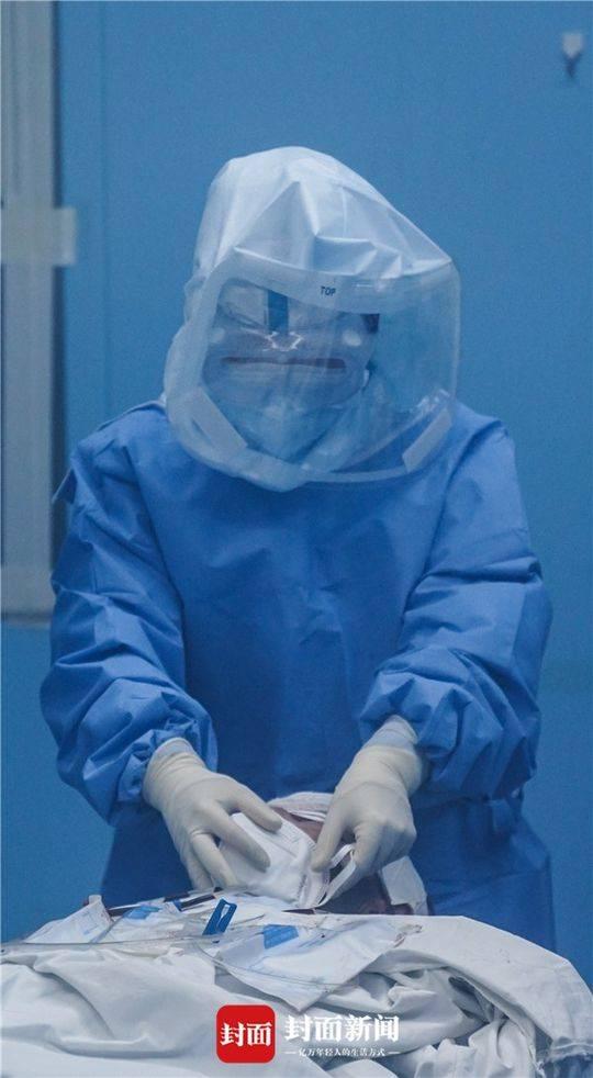 手术完成拔管后大夫敏捷为病人带上口罩