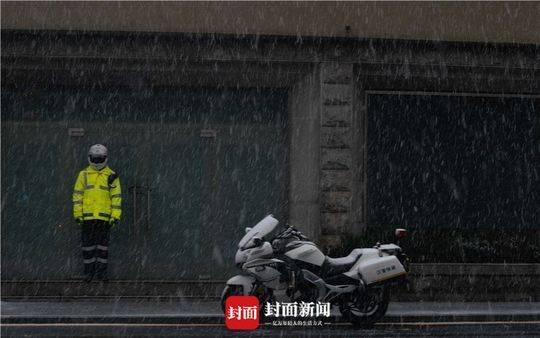 雪中正在执勤的交警