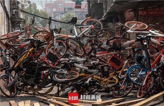 武汉陌头用共享单车封路防疫
