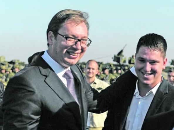 塞尔维亚总统武契奇与儿子达尼洛合影(Instagram)