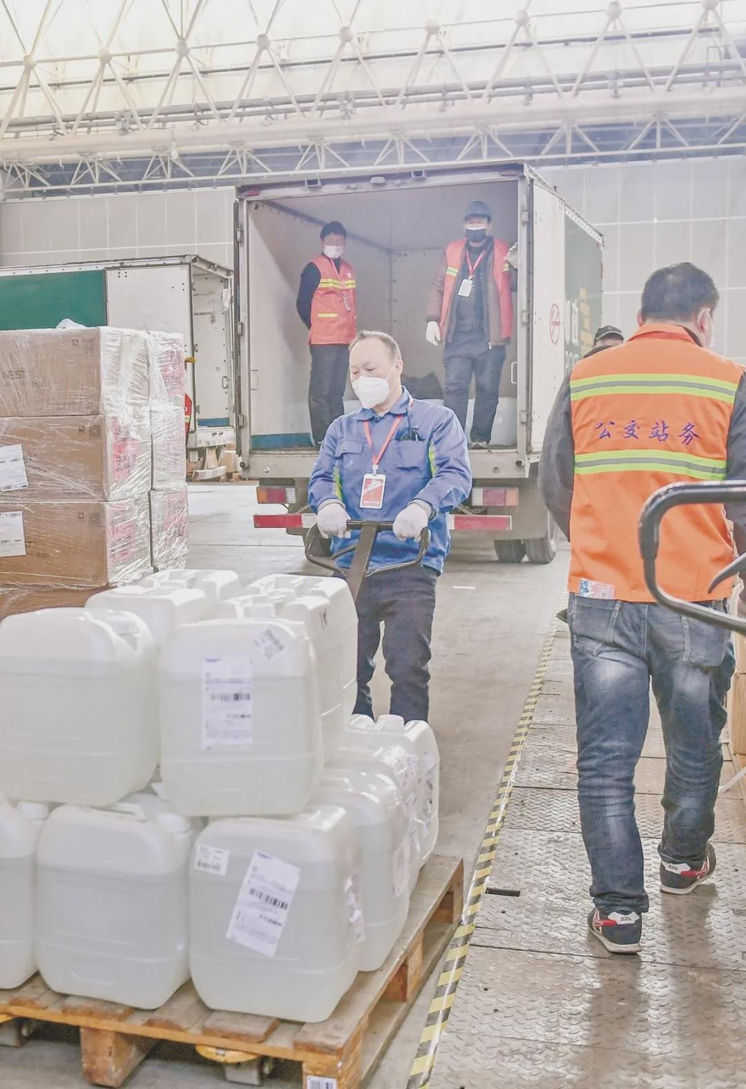 交通人高效转运防疫物资 疫情时代,武汉公交负担民生物资转运重任