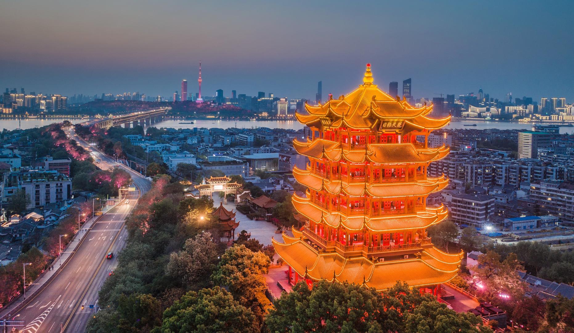 ▲2020年4月8日,湖北武汉夜色下的黄鹤楼灯光璀璨。图据ICphoto